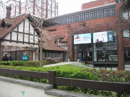 <strong>Una vista parcial de la entrada de la universidad CAECE</strong>