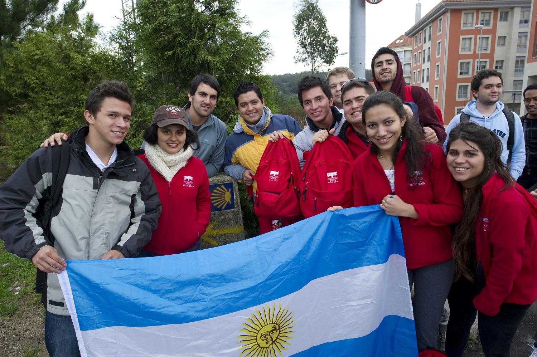 Alumnos argentinos haciendo una etapa del camino de Santiago